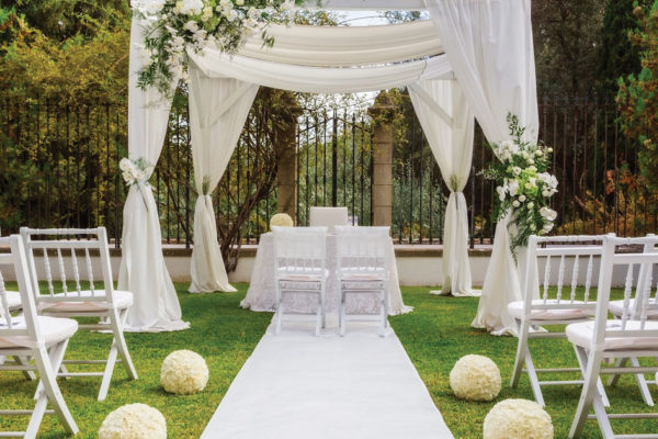 The Ins and Outs of an Indoor or Outdoor Wedding